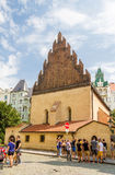 Turisti davanti alla vecchia nuova sinagoga Immagini Stock