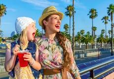 Turisti del bambino e della madre con esaminare rosso luminoso della bevanda Immagini Stock Libere da Diritti