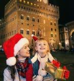 Turisti del bambino e della madre con la scatola del regalo di Natale a Firenze Fotografie Stock Libere da Diritti