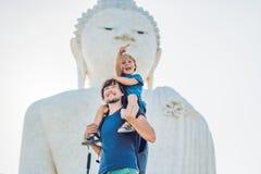 Turisti del figlio e del padre sulla grande statua di Buddha È stato costruito su un'alta sommità di Phuket Tailandia può essere  Immagine Stock Libera da Diritti