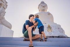 Turisti del figlio e del padre sulla grande statua di Buddha È stato costruito su un'alta sommità di Phuket Tailandia può essere  Fotografia Stock
