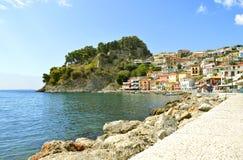 Turisti del porto di Paxos che visitano l'isola greca nel mare ionico immagine stock libera da diritti