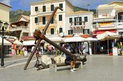 Turisti del porto di Paxos che visitano l'isola greca nel mare ionico immagine stock