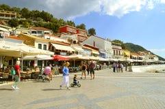 Turisti del porto di Paxos che visitano l'isola greca nel mare ionico fotografie stock