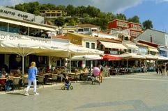 Turisti del porto di Paxos che visitano l'isola greca nel mare ionico immagini stock