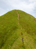 Turisti dell'alpinista che fanno un'escursione sopra (Khao Chang Puak) delle montagne dentro Immagini Stock