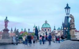 Turisti dell'incrocio alla repubblica Ceca storica di Charles Bridge Praha /Prague Fotografia Stock Libera da Diritti