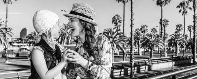 Turisti della figlia e della madre con la bevanda rossa luminosa Fotografia Stock Libera da Diritti