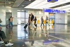 Turisti della gente con la valigia di viaggio, moto vago di velocità, Francoforte, Germania Fotografia Stock Libera da Diritti