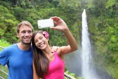 Turisti delle coppie che catturano auto ritratto sull'Hawai Immagini Stock Libere da Diritti