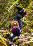Turisti delle donne che prendono le foto Immagini Stock