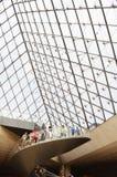 Turisti dentro il Louvre, Parigi, Francia fotografia stock
