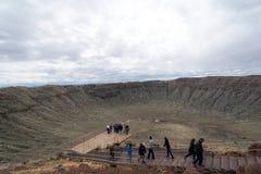 Turisti dentro il punto di riferimento naturale del Meteor Crater in Arizona fotografia stock