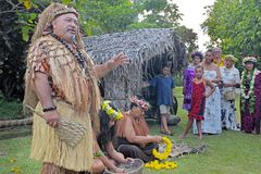Turisti di benvenuto dell'uomo di Islander del cuoco un villaggio maori a Rarotonga fotografie stock