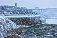 Turisti di inverno del Niagara Falls Immagine Stock