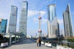 Turisti di Lujiazui Shanghai e torre della perla Immagini Stock