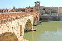 Turisti in Di Pietra VERONA, ITALIA di Ponte Fotografia Stock Libera da Diritti