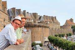 Turisti di Saint Malo che esaminano la vista Fotografie Stock