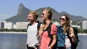 Turisti di viaggiatori con zaino e sacco a pelo in Rio de Janeiro con Cristo il redentore. Immagine Stock