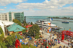 Turisti e barche al pilastro della marina in Chicago, Illinois Immagini Stock