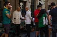 Turisti e camerieri alla porta del salone di gelato di Giolitti a Roma nel luglio 2013 L'Italia fotografia stock