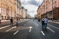 Turisti e cittadini che camminano sulla via Tverskaya fotografia stock libera da diritti