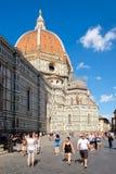 Turisti e locali a Piazza del Duomo con una vista della cattedrale di Firenze Immagine Stock