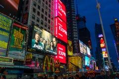 Turisti e molti bordi di pubblicità Times Square aprile 2018 Fotografia Stock Libera da Diritti