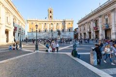 Turisti e palazzi su Piazza del Campidoglio Immagine Stock Libera da Diritti