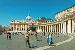 Turisti e san Peter Square nel Vaticano dell'Italia immagini stock