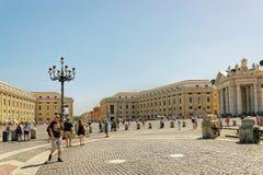 Turisti e san Peters Square nel Vaticano in Italia fotografie stock