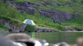Turisti e tenda vicino al lago video d archivio