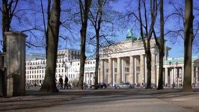 Turisti e traffico a Brandenburger Tor In Berlin, Germania in primavera video d archivio