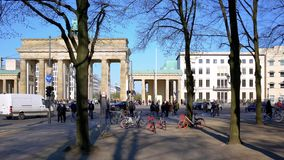 Turisti e traffico a Brandenburger Tor In Berlin, Germania in primavera stock footage