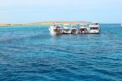Turisti e yacht naviganti usando una presa d'aria del motore sul Mar Rosso Immagine Stock Libera da Diritti