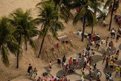 Turisti ed arte della sabbia alla spiaggia di Copacabana Immagini Stock Libere da Diritti