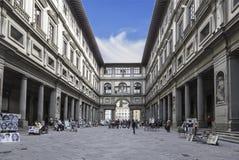 Turisti ed artisti vicino alla galleria Uffizi a Firenze fotografia stock