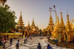 Turisti ed ospiti al tempio della pagoda di Shwedagon Fotografia Stock