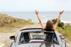 Turisti felici che conducono un'automobile convertibile sulla vacanza fotografia stock