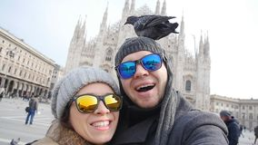 Turisti felici che prendono un autoritratto con il telefono davanti alla cattedrale del duomo, Milano Concetto di turismo di inve video d archivio