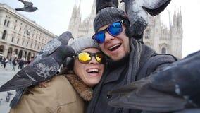 Turisti felici che prendono un autoritratto con il telefono davanti alla cattedrale del duomo, Milano Concetto di turismo di inve stock footage