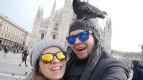 Turisti felici con le colombe davanti alla cattedrale del duomo, Milano video d archivio