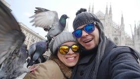 Turisti felici con le colombe davanti alla cattedrale del duomo, Milano archivi video