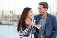 Turisti felici delle coppie che mangiano le cialde a Barcellona Fotografia Stock