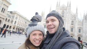 Turisti felici e piccioni che prendono un autoritratto con il telefono davanti alla cattedrale del duomo, Milano Concetto di viag video d archivio
