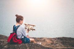 Turisti femminili in bella natura nella scena tranquilla Fotografie Stock Libere da Diritti