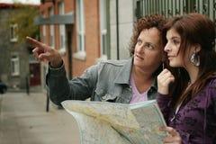 Turisti femminili che orienteering Immagine Stock