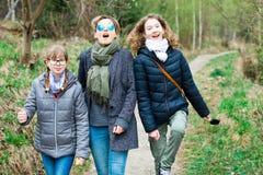 Turisti femminili sulla traccia di camminata in Th più forrest immagini stock