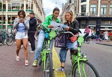 Turisti femminili sulle bici a Amsterdam, Olanda Fotografia Stock