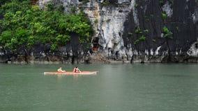 Turisti in galleggiante della barca dopo l'isola - baia di lunghezza Vietnam dell'ha video d archivio